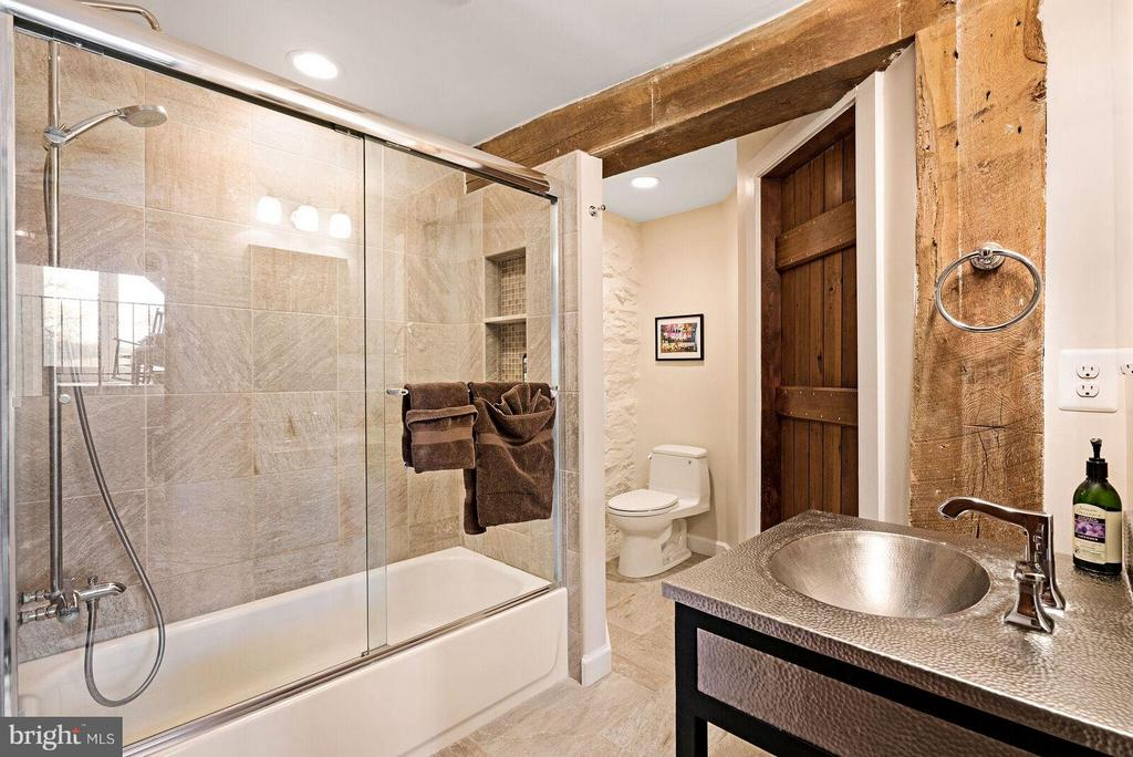 Bath attached to lower level bedroom - 37354 JOHN MOSBY HWY, MIDDLEBURG