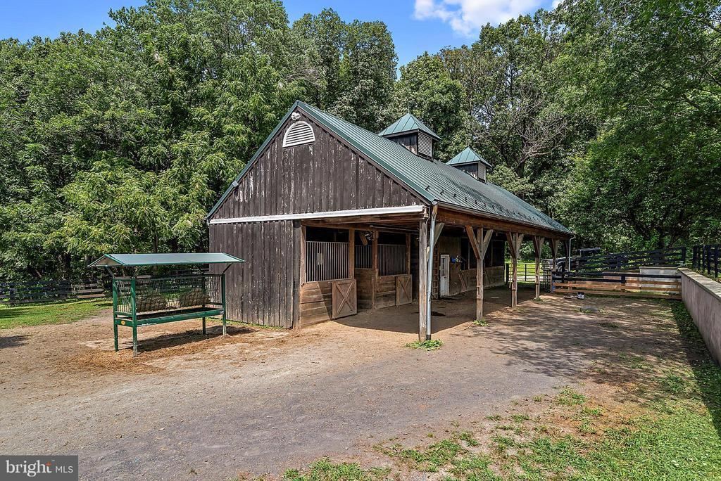View of barn short walk from house - 37354 JOHN MOSBY HWY, MIDDLEBURG