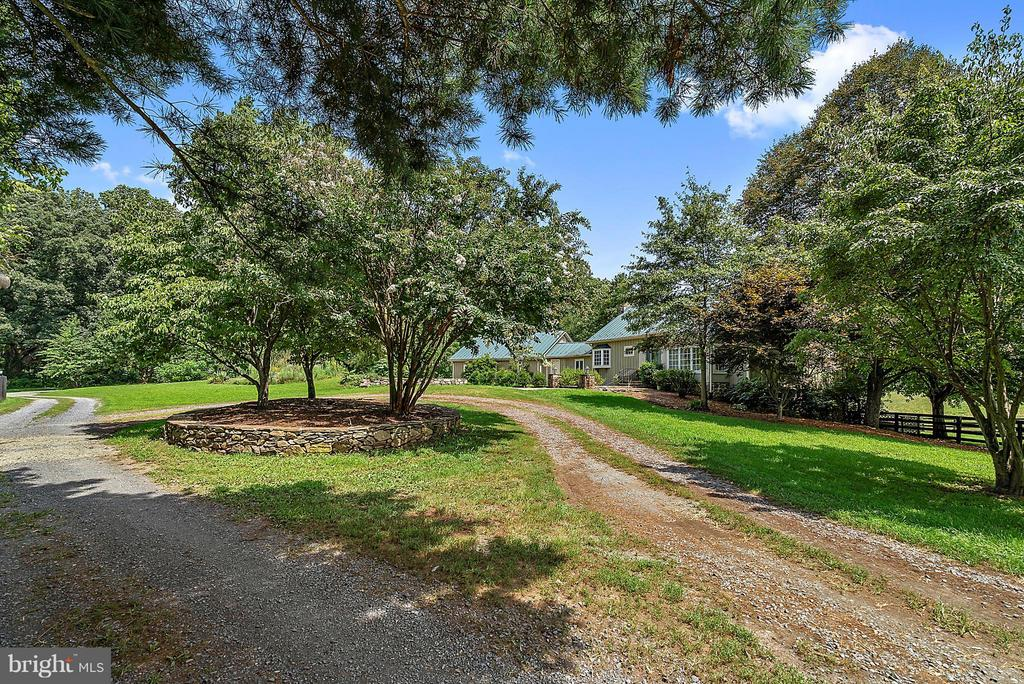 minutes from town but privacy and lovely drive - 37354 JOHN MOSBY HWY, MIDDLEBURG