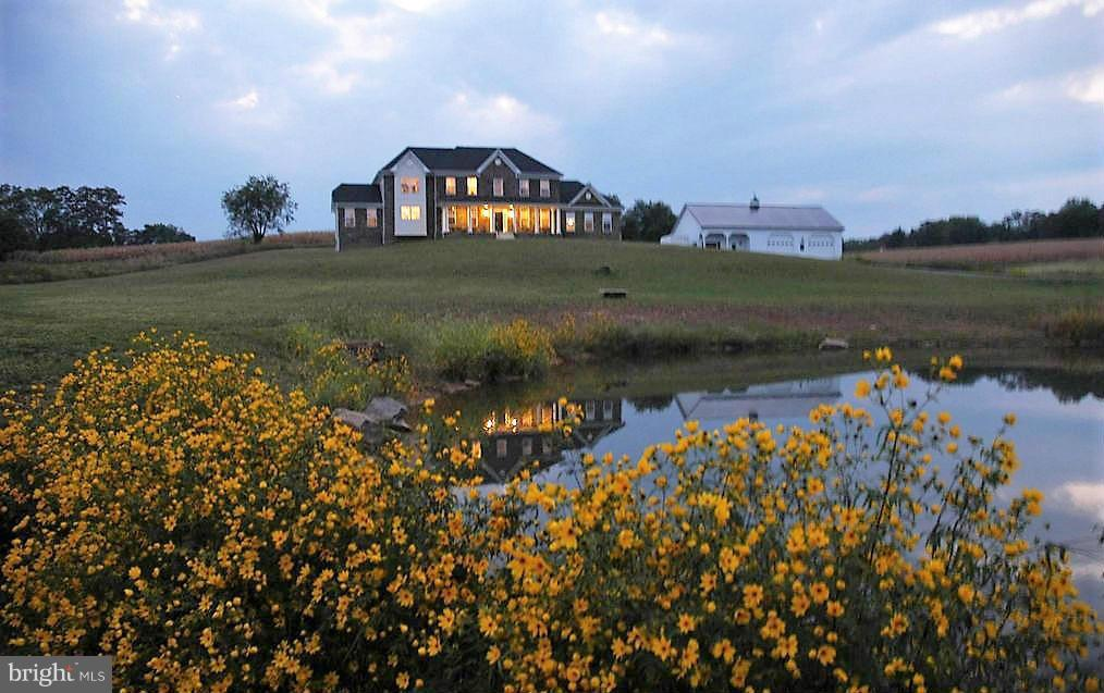 Beautifully sited home with pond and mtn views - 38651 RICKARD RD, LOVETTSVILLE