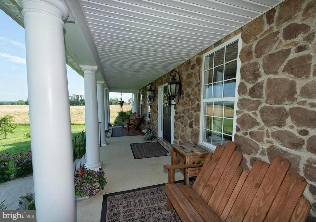 Cozy front porch with pond view - 38651 RICKARD RD, LOVETTSVILLE