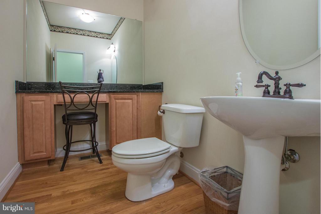 Half bath off kitchen - 38651 RICKARD RD, LOVETTSVILLE