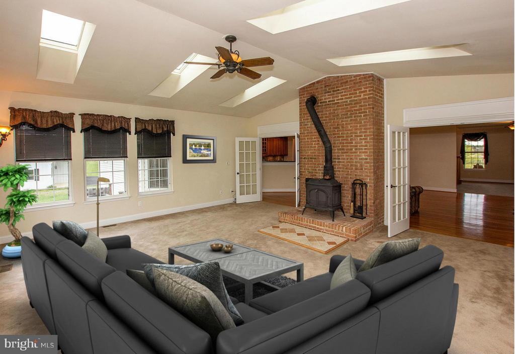 Large sunroom with skylights and cozy wood stove - 38651 RICKARD RD, LOVETTSVILLE