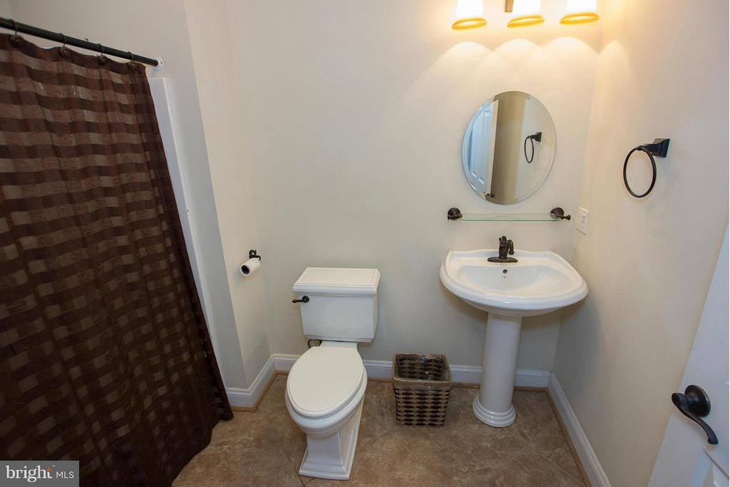 Full bath on lower level - 38651 RICKARD RD, LOVETTSVILLE