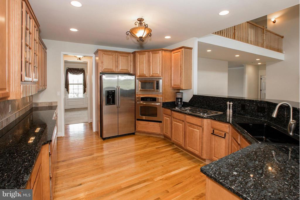 Gourmet kitchen boasts stainless steel appliances - 38651 RICKARD RD, LOVETTSVILLE