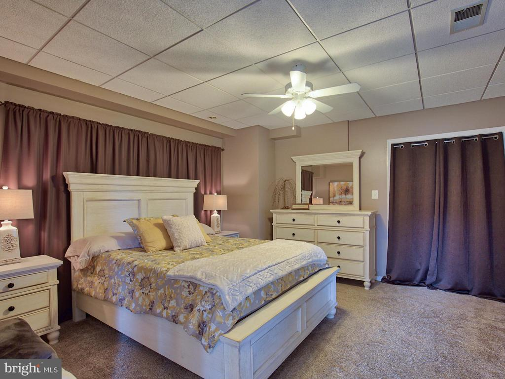 In-Law Suite Bedroom with Walk-In Closet - 17950 STONELEIGH DR, ROUND HILL