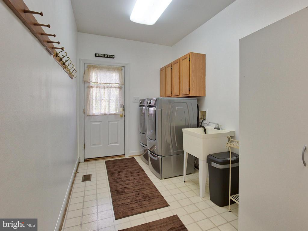 1st Floor Laundry with Top of the Line Appliances - 17950 STONELEIGH DR, ROUND HILL