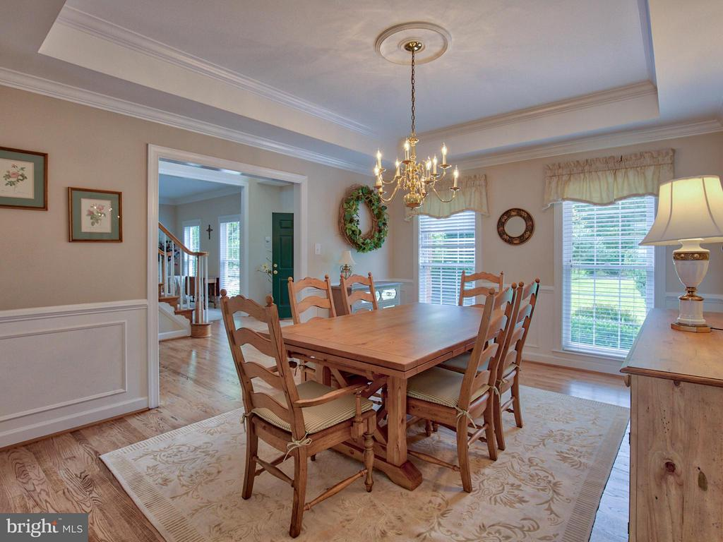 Dining Room with Tray Ceiling and Molding - 17950 STONELEIGH DR, ROUND HILL