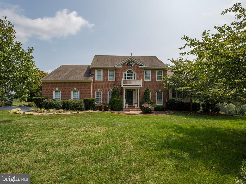 Colonial front, contemporary in the back. - 17950 STONELEIGH DR, ROUND HILL