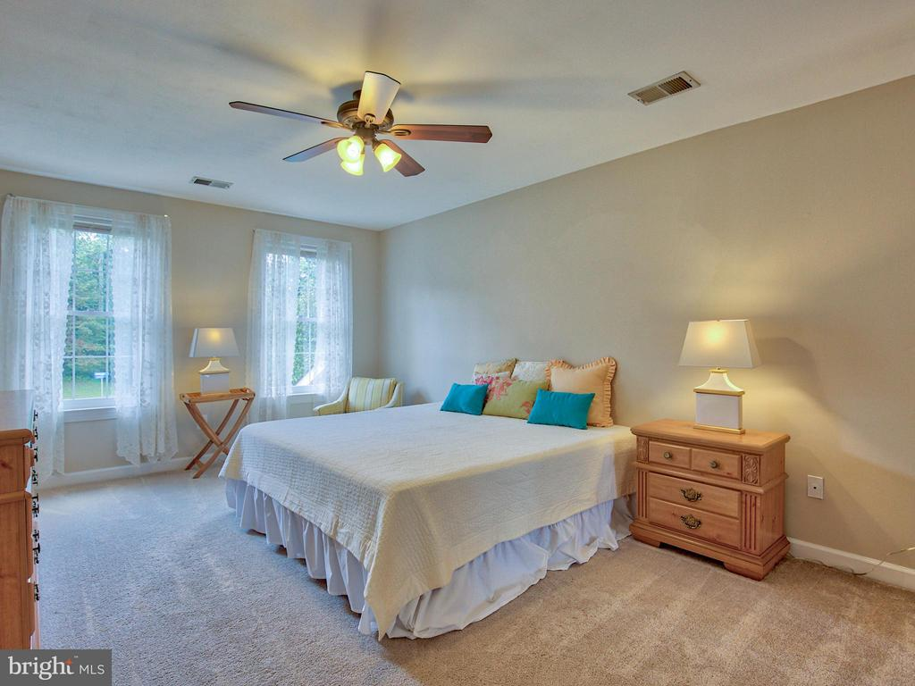 2nd Floor Master Bedroom with Full Bath - 17950 STONELEIGH DR, ROUND HILL