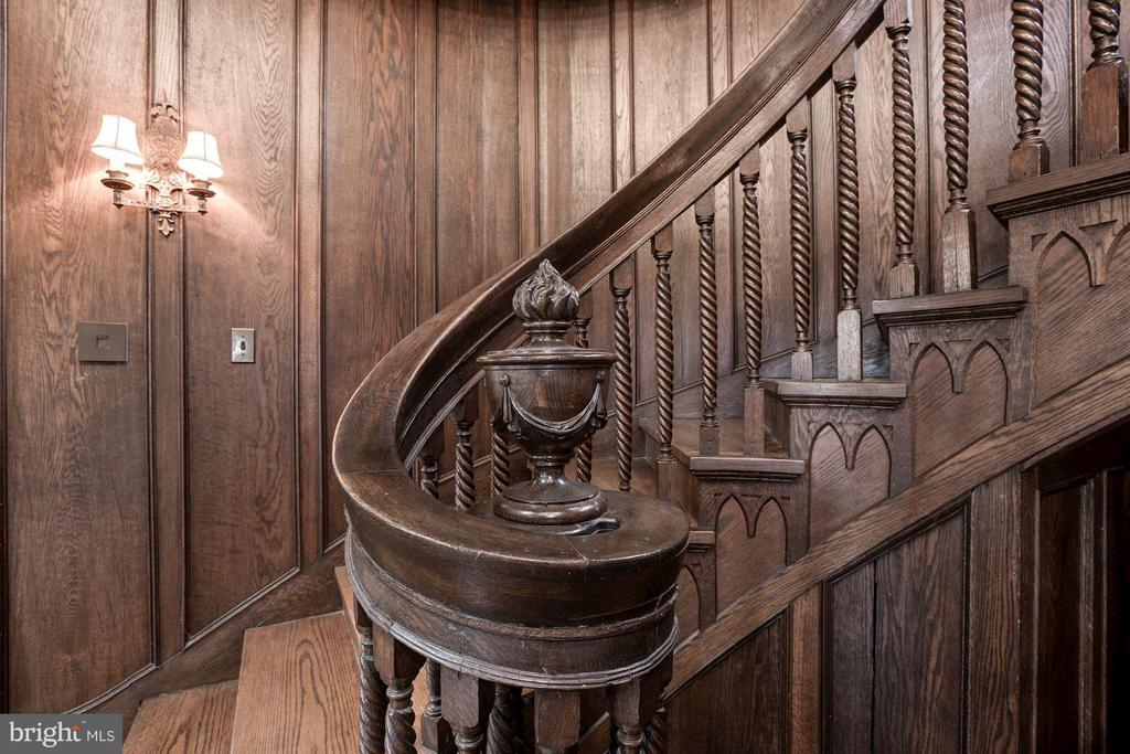 Staircase details - Oxford twist balustrade - 8110 GEORGETOWN PIKE, MCLEAN