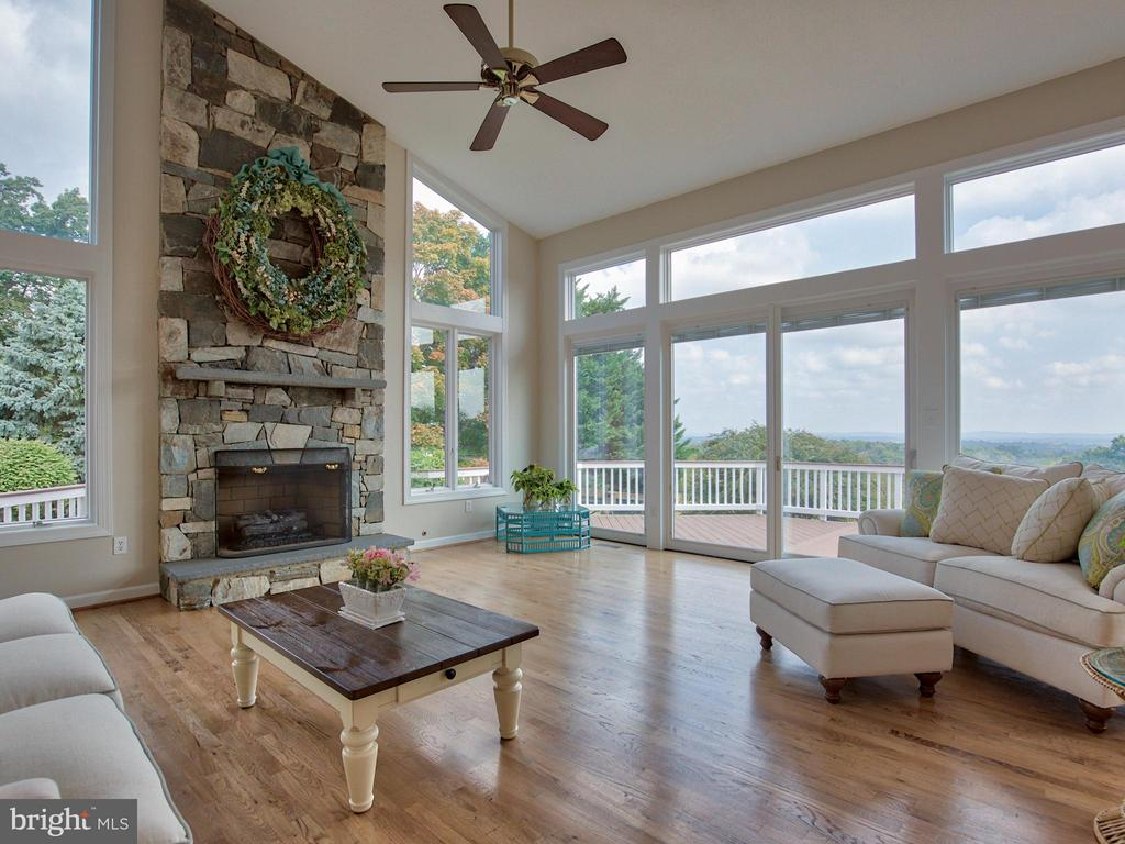 Floor to ceiling stone fireplace and 20' ceilings. - 17950 STONELEIGH DR, ROUND HILL
