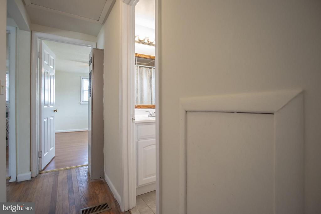 Hallway leading to bedrooms - 4109 ANDERSON RD, TRIANGLE