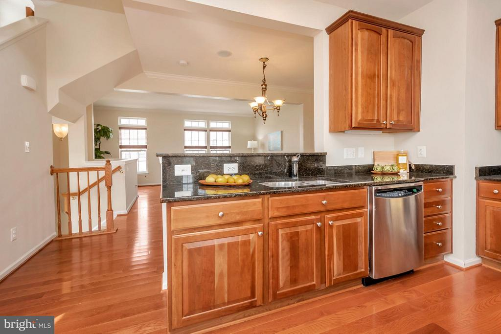 Beautiful Cherry Kitchen Cabinets - 16385 GANGPLANK LN, WOODBRIDGE