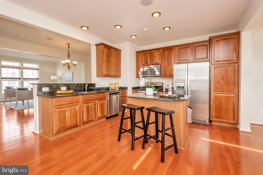 Updated Kitchen - 16385 GANGPLANK LN, WOODBRIDGE