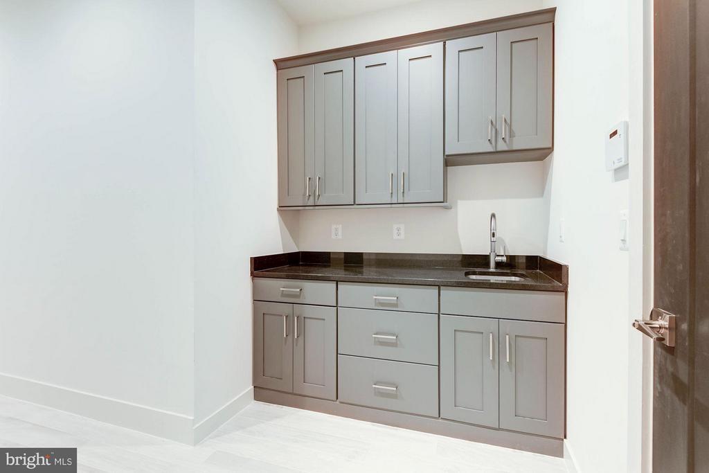 Garage Entry area way with sink & cabinets - 3546 UTAH ST N, ARLINGTON