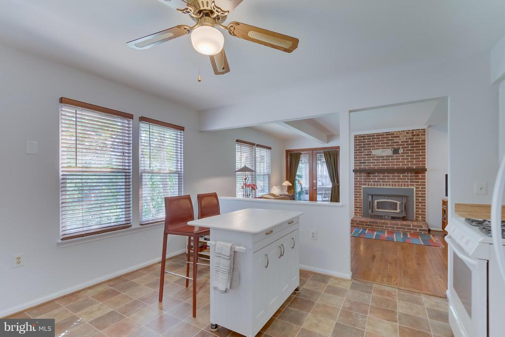 Kitchen toward Family Room - 5620 BARRYMORE RD, CENTREVILLE