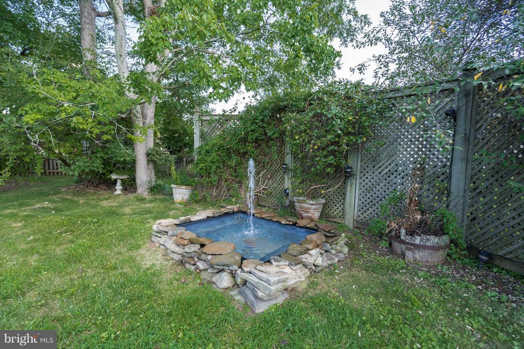 Relaxing Fountain - 5620 BARRYMORE RD, CENTREVILLE