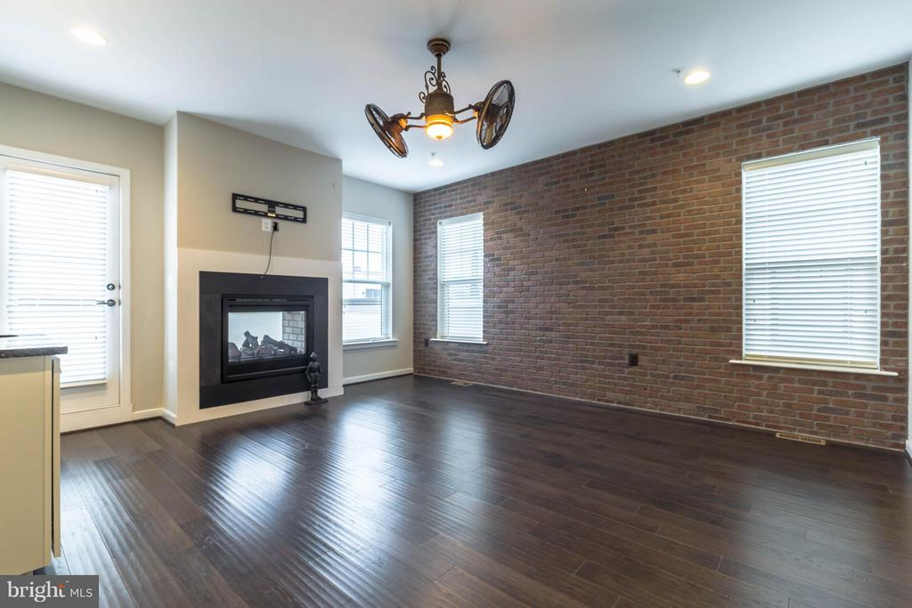 4TH LEVEL LOFT W/ BRICK WALL FEATURE - 415 BICKSLER SQ SE, LEESBURG