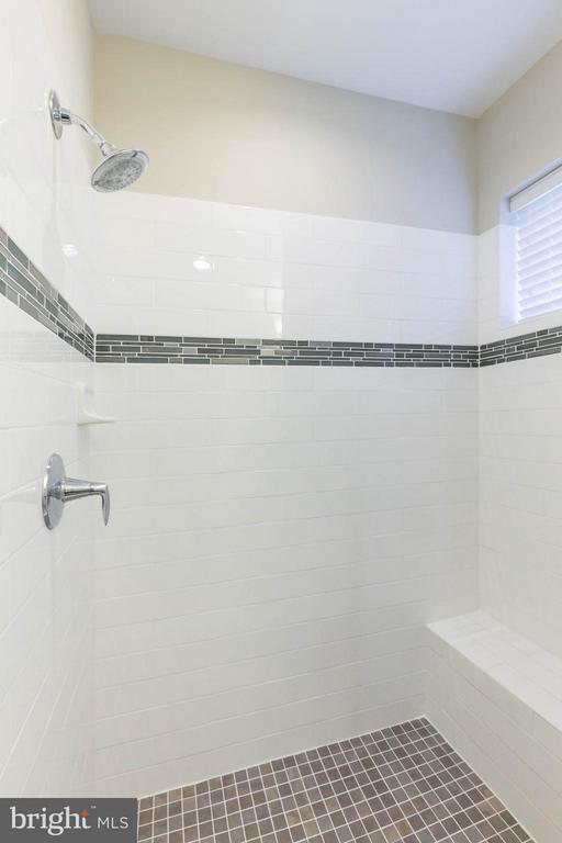 UPPER LEVEL FULL BATHROOM - 415 BICKSLER SQ SE, LEESBURG