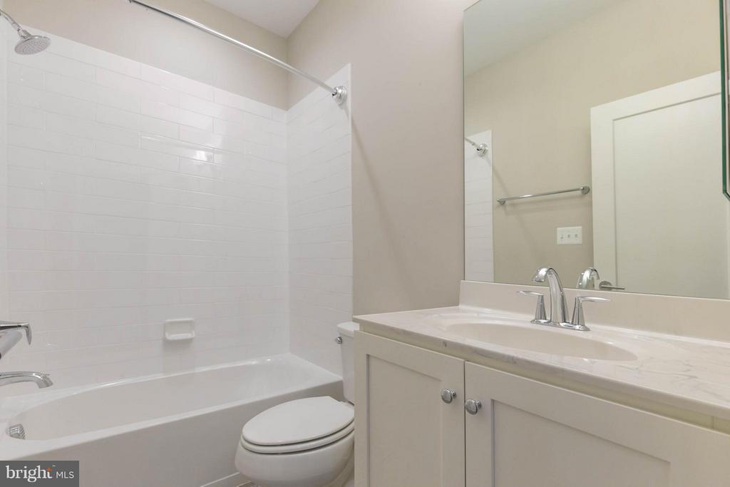 LOWER LEVEL FULL BATHROOM - 415 BICKSLER SQ SE, LEESBURG