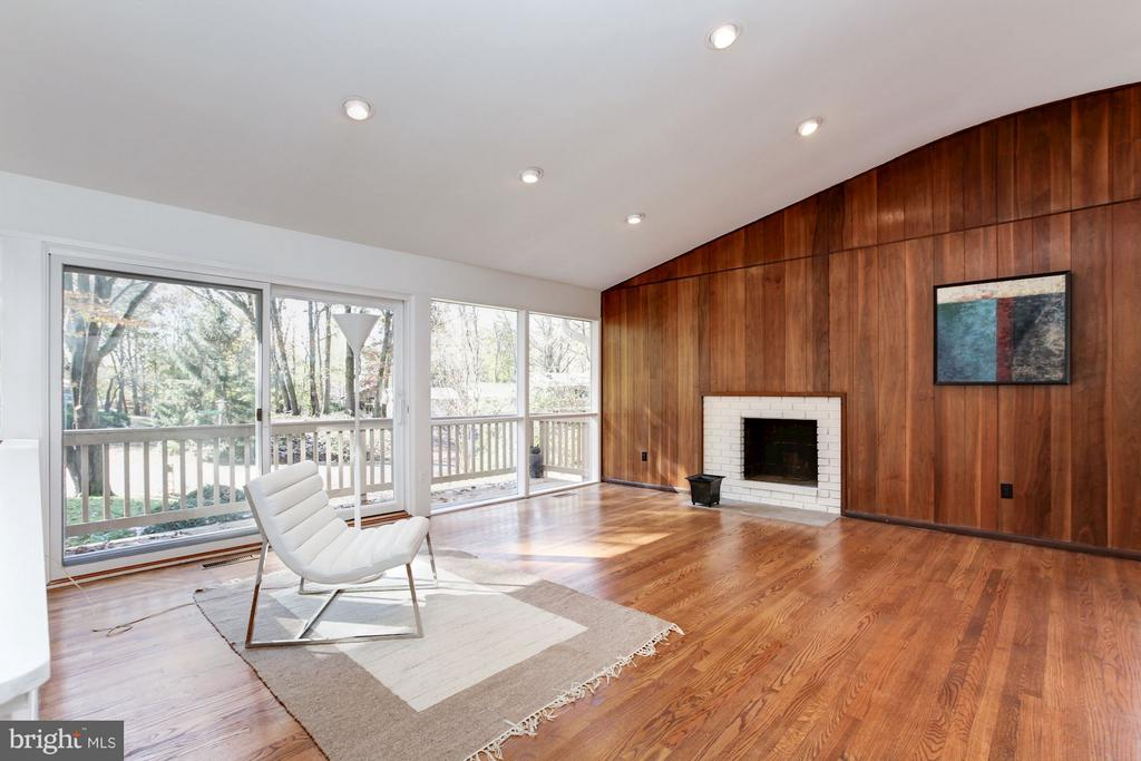 Stunning living/family room offers dramatic volume - 7709 HAMILTON SPRING RD, BETHESDA