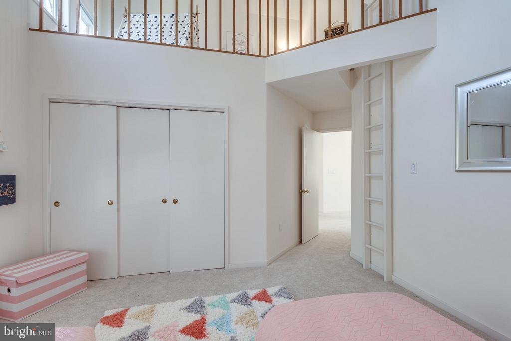 fantastic 4th level private loft! (see tour) - 11581 GREENWICH POINT RD, RESTON