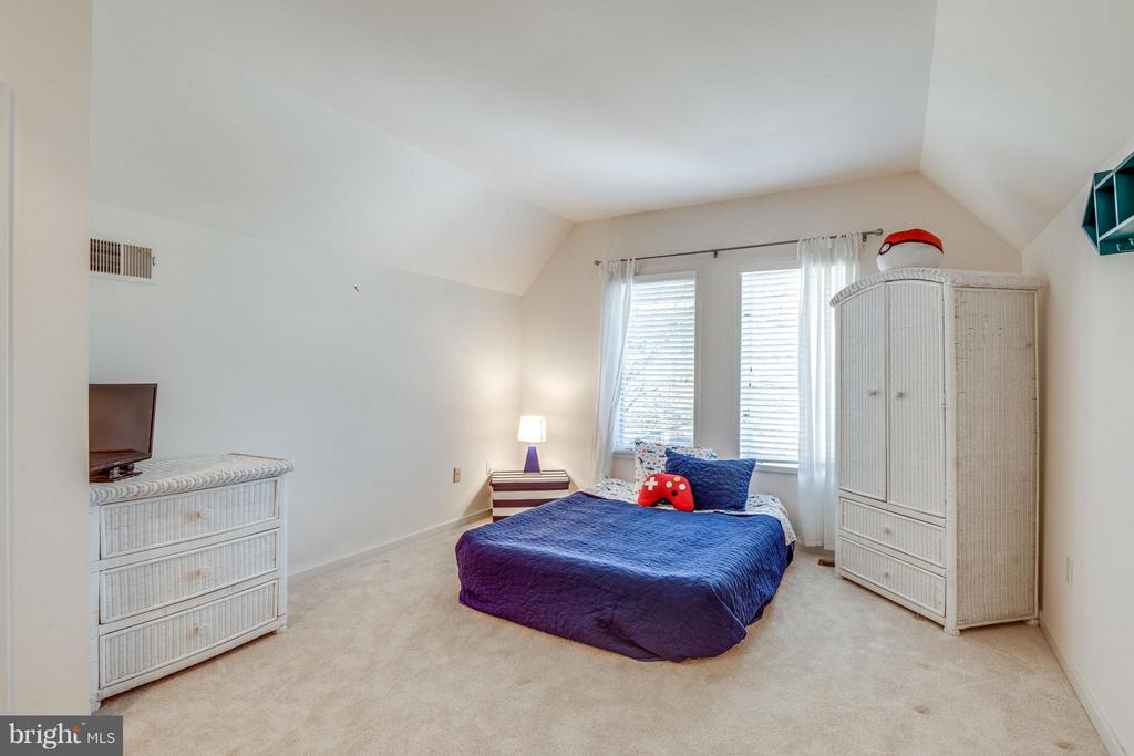 Princess suite with private bath - 11581 GREENWICH POINT RD, RESTON