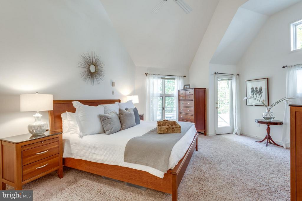 Vaulted ceilings & tons of natural light - 11581 GREENWICH POINT RD, RESTON