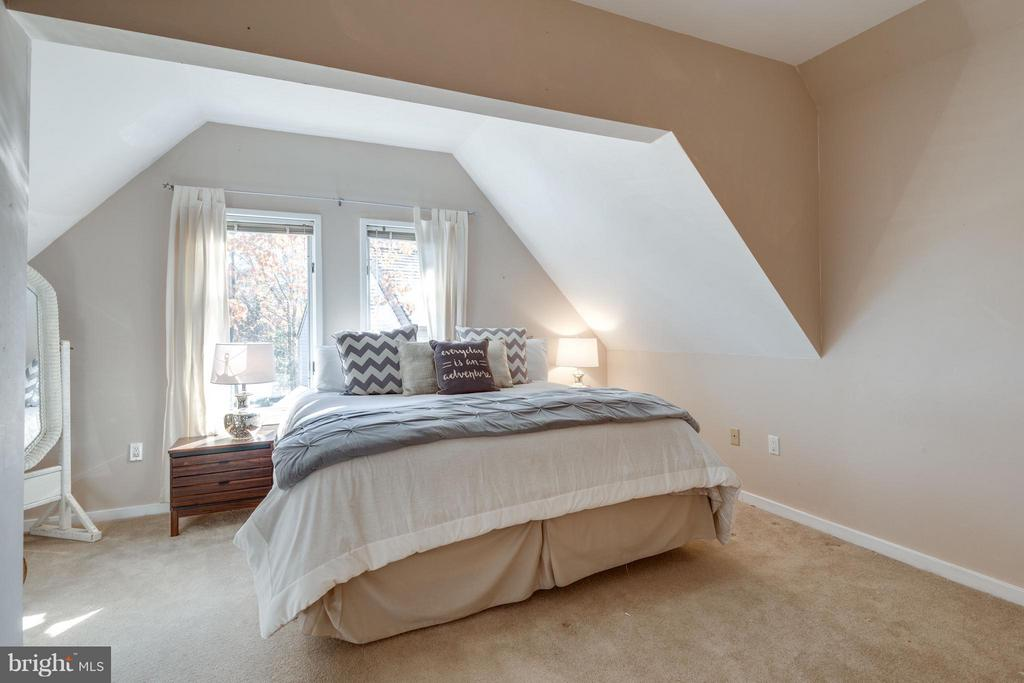Large Guest bedroom - 11581 GREENWICH POINT RD, RESTON