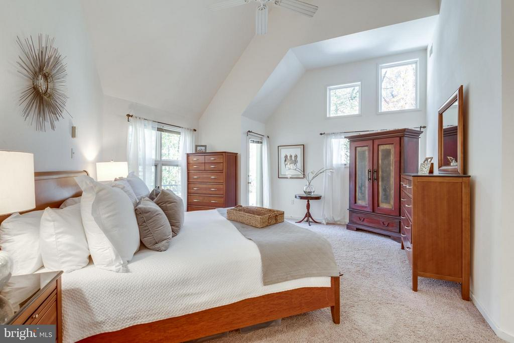 Main level master bedroom w/private deck - 11581 GREENWICH POINT RD, RESTON