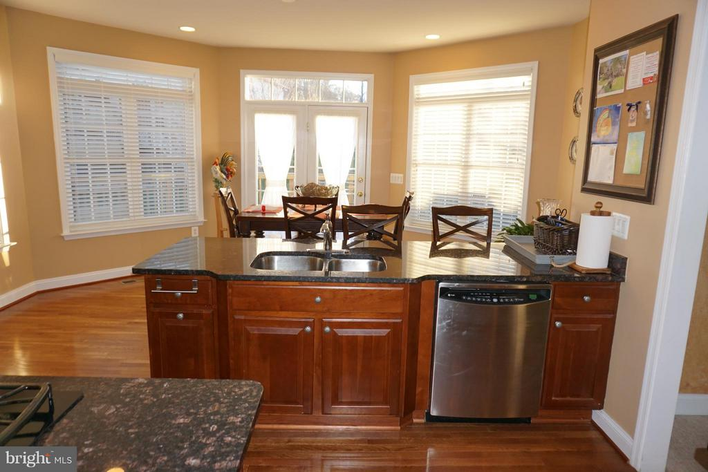 Kitchen with hardwood floors and granite - 5311 AUSTRA PL, WOODBRIDGE