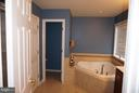 Full bath in master bedroom with garden tub - 5311 AUSTRA PL, WOODBRIDGE
