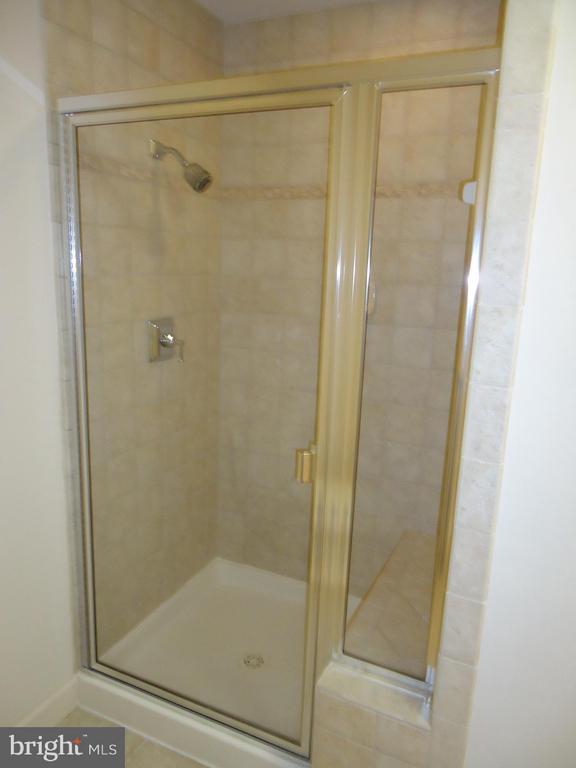Second Master/Guest Bath w/Seated Shower - 485 HARBOR SIDE ST #306, WOODBRIDGE