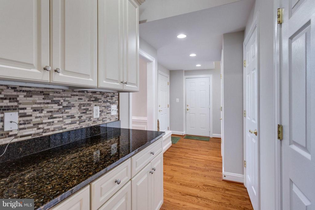 Butlers pantry and side access to in-law suite - 18349 MID OCEAN PL, LEESBURG