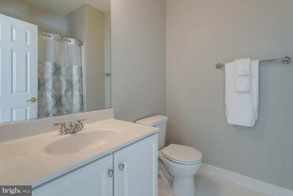 Private full bath for fourth bedroom - 18349 MID OCEAN PL, LEESBURG