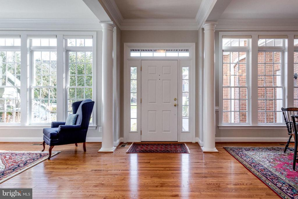 Foyer with brightly lit Colonial style entrance - 18349 MID OCEAN PL, LEESBURG