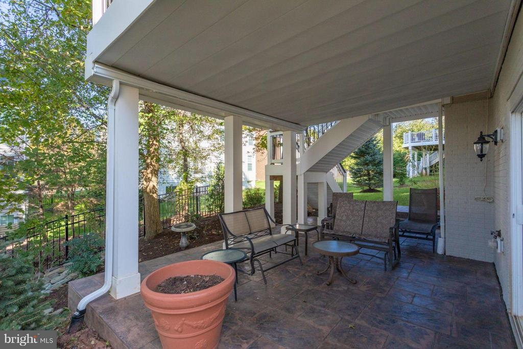 Newer patio with covered roof for entertaining - 18349 MID OCEAN PL, LEESBURG