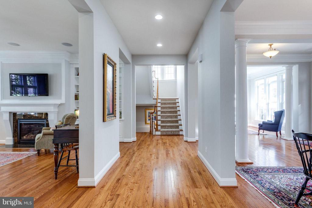 Main level open hallway flows to next levels - 18349 MID OCEAN PL, LEESBURG