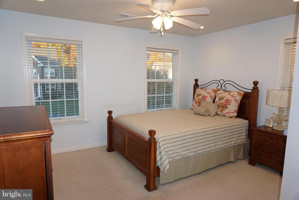 Fifth bedroom with full bath and ceiling fan - 5311 AUSTRA PL, WOODBRIDGE