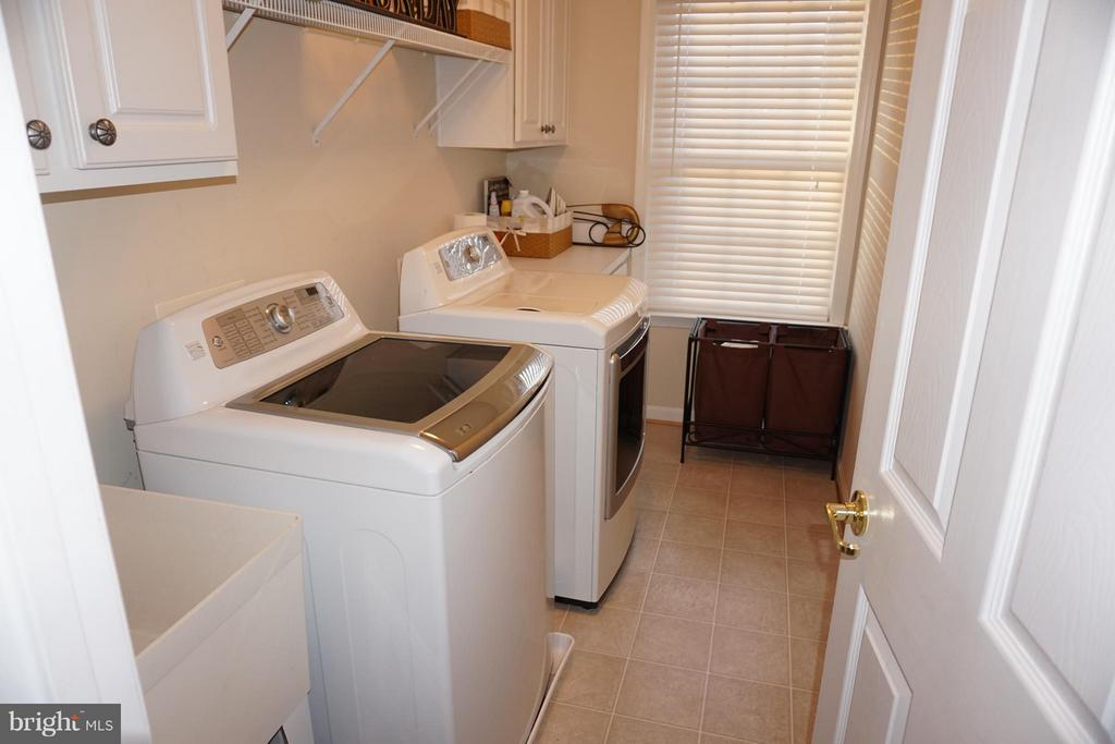 Laundry room on upper level - 5311 AUSTRA PL, WOODBRIDGE