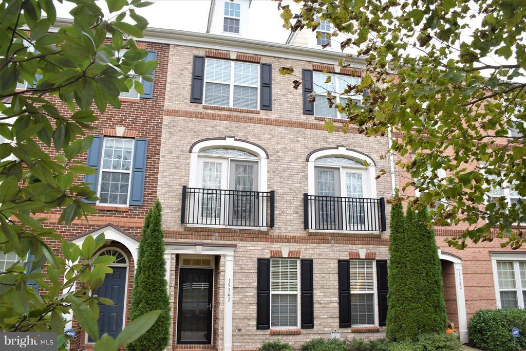 Beautiful brick-front townhome - 19342 GARDNER VIEW SQ, LEESBURG