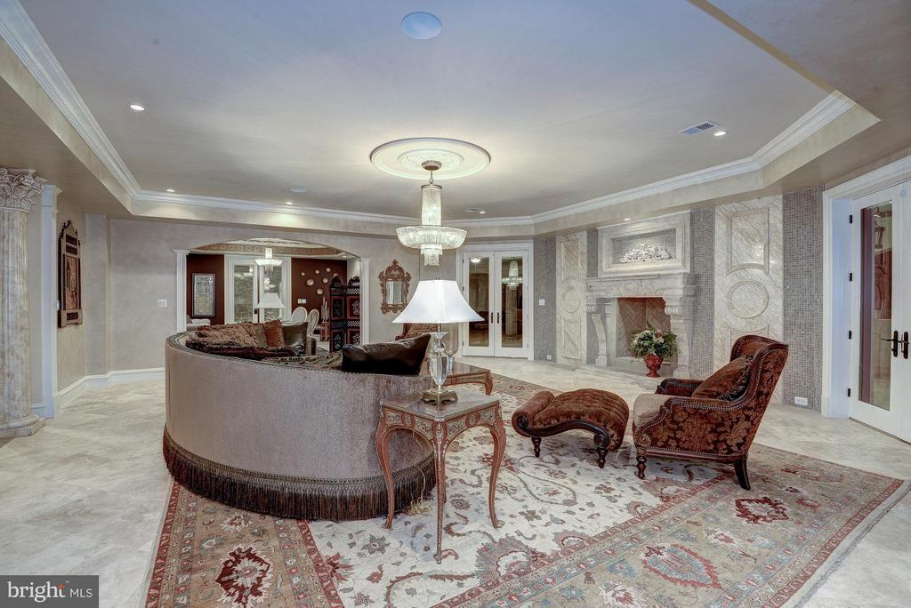 Reception Level Family Room - 938 PEACOCK STATION RD, MCLEAN