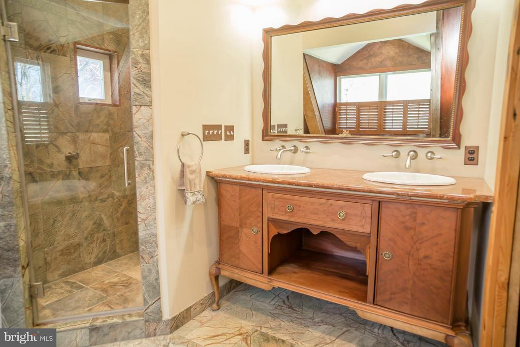 Bath (Master) - 38699 OLD WHEATLAND RD, WATERFORD