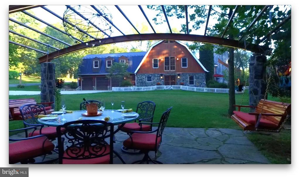 Elegant outdoor living space - 38699 OLD WHEATLAND RD, WATERFORD