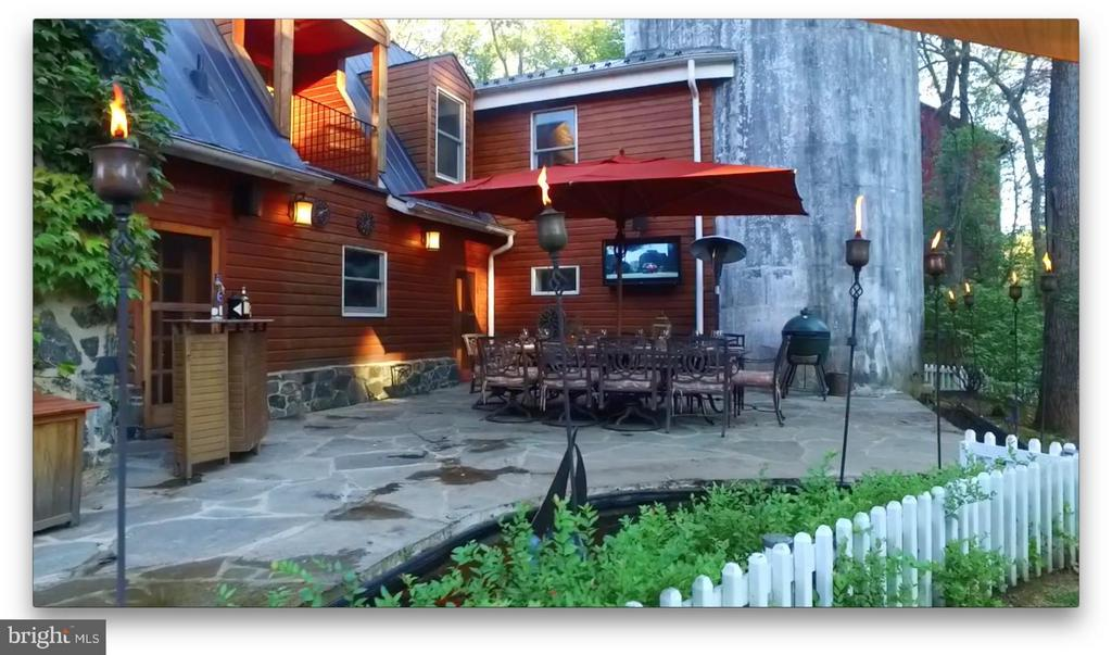 Outdoor dining space with TV and bar - 38699 OLD WHEATLAND RD, WATERFORD