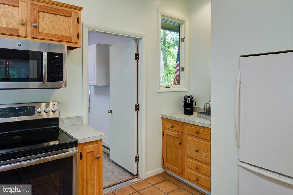 Open to mud/laundry room - 39367 SADDLERIDGE LN, ALDIE