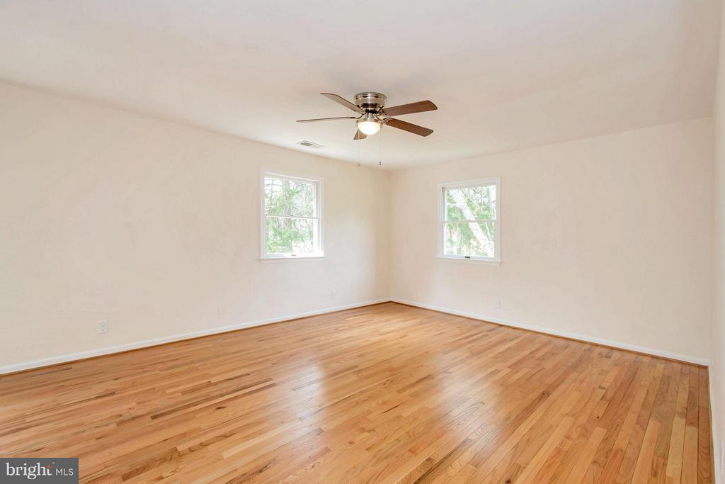 Large master bedroom with hardwood floors - 1 QUAIL RUN DR, STAFFORD