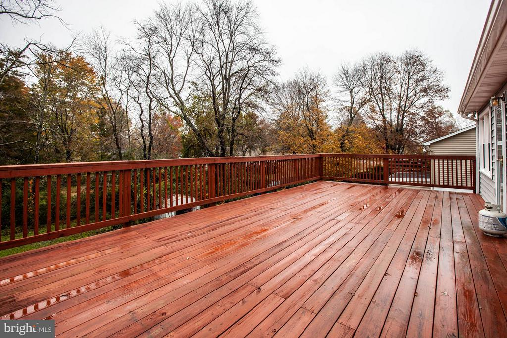Large deck for entertaining - 103 ERIN DR, STAFFORD