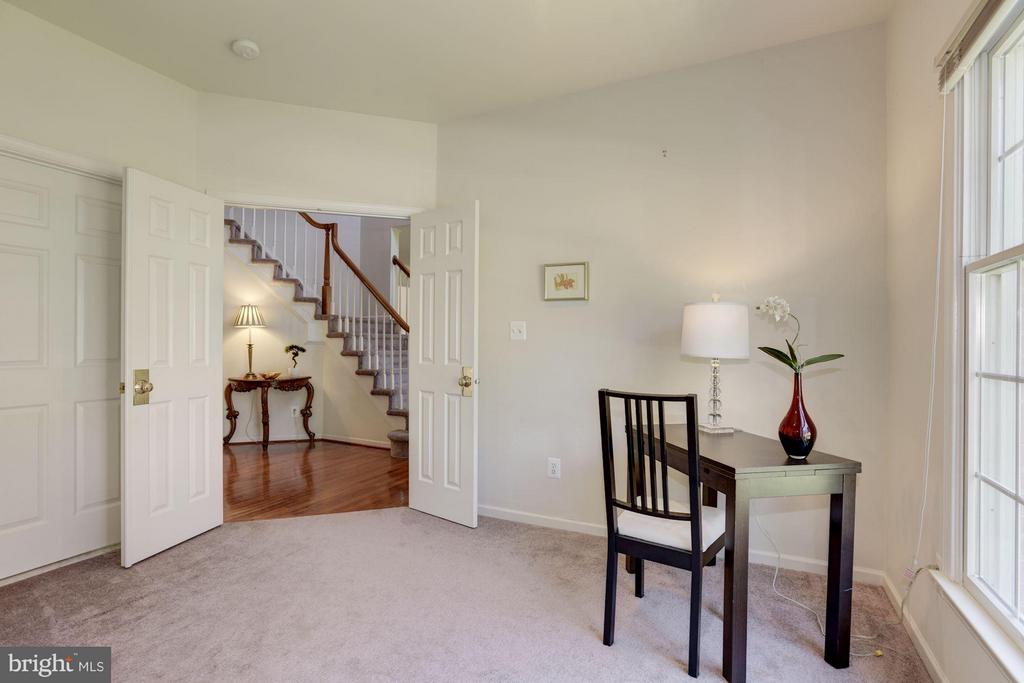 Main Level Study/ Bedroom connects to full bath - 47423 RIVER OAKS DR, STERLING